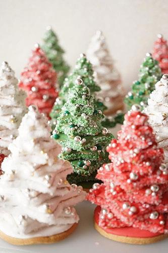 武さんが、アイシングクッキーで作った立体のクリスマスツリー。アイシングを施した星形のクッキーをずらしながら重ねています。さらに、アラザン(銀色の粒状の製菓材料)やシュガーでデコレーション。
