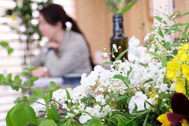 社長室は、そこかしこに野の花やグリーンにあふれた明るい空間。