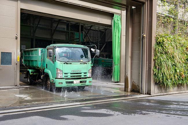 遠路ゴミを運んできて汚れたトラックは、プラントで廃棄物をおろした後、足周りを水洗いしてから外に出るようになっています。この水は雨水をためて再利用しているもの。周辺の道路にゴミや汚れを広げないための工夫でもあります。