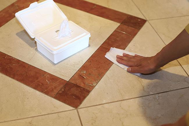 雨の日は、タタキに泥汚れもつきがちですよね。玄関の汚れもウエットティッシュで拭いてしまいます。雑巾を用意して水拭きするとなるとハードルが上がりますが、ウエットティッシュならサッとお掃除できるはず。
