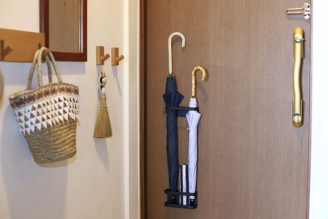 折りたたみ傘や長さの違う傘を一緒に入れておけるのも便利。「上下どちらとも中央に仕切りがあるので、扉を開け閉めしても傘がグラグラ動いたりせず、安定して傘を置くことができます」