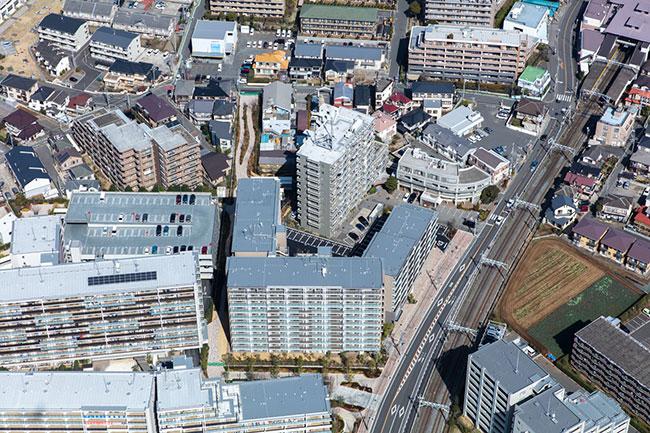 「ロイヤルパークス船橋」を空撮。右上には最寄りの塚田駅舎が。