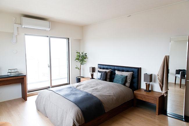 12畳のマスターベッドルームは、東と南に窓があり朝日が心地よく差し込んできます。ウォークインクローゼット付き。