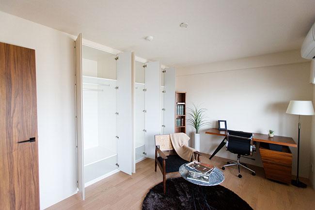 こちらは9畳のベッドルーム。壁一面がクローゼットになっており、適度な広さもあるので書斎やテレワーク部屋として活用しても良さそうです。