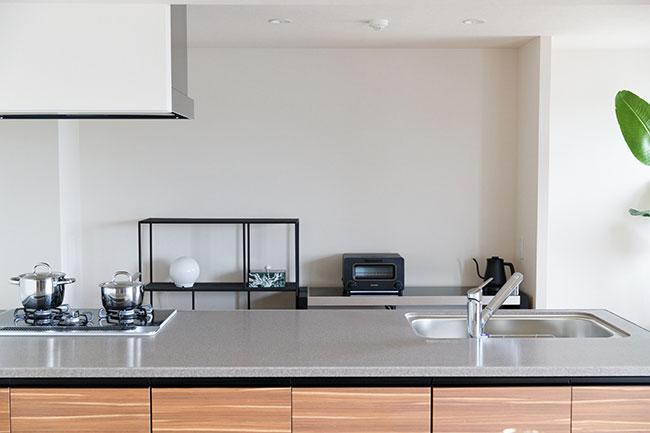 カウンター式のシンプルなキッチンは4畳。シンクの排水溝には生ゴミを自動処理できるディスポーザーも付いており衛生的です。