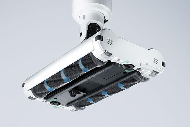 起動するとヘッドに搭載された2つのブラシが内側に回転し、床との摩擦を軽減。まるで浮いているかのような感覚で掃除が可能です。
