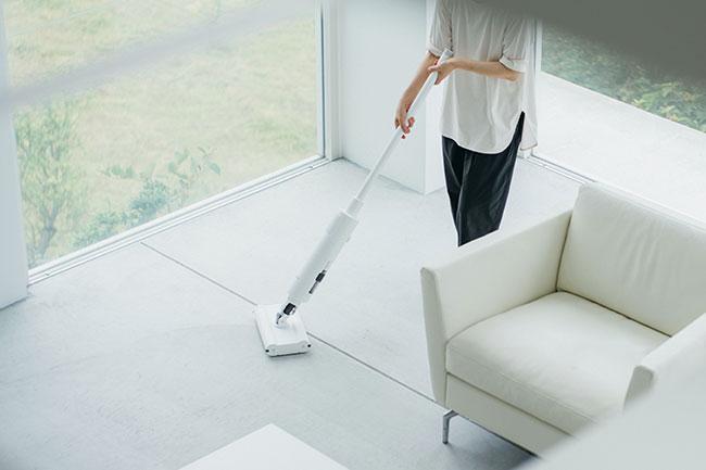 柄が長いので、両手で持ちながらほうきのように掃除することが可能。たたずまいもスタイリッシュで、どんなインテリアにも馴染むデザイン性も魅力。