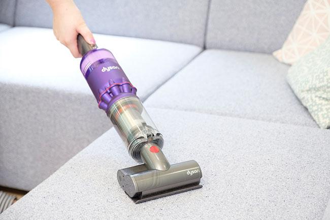 「ミニモーターヘッド」に付け替えれば、ハンディクリーナーとして布団やマットレス、車の中なども掃除可能。その他にも、高所の掃除に便利な「コンビネーション隙間ノズル」や、机の上の掃除に最適な「卓上ツール」が付属しています。