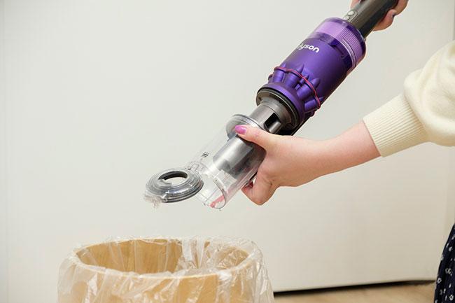 ワンタッチで簡単に捨てられる仕様。フィルターやブラシバーは取りはずして水洗いが可能なので衛生的です。