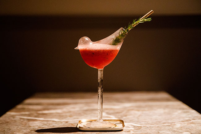 """「Low-Non-Bar」1540円。ハーブのエッセンスにはじまり、ジューシーなベリーのあとに広がる複層的な酸味と香り。普通のミックスジュースとは、""""味の層""""の厚みがまったく違います。"""