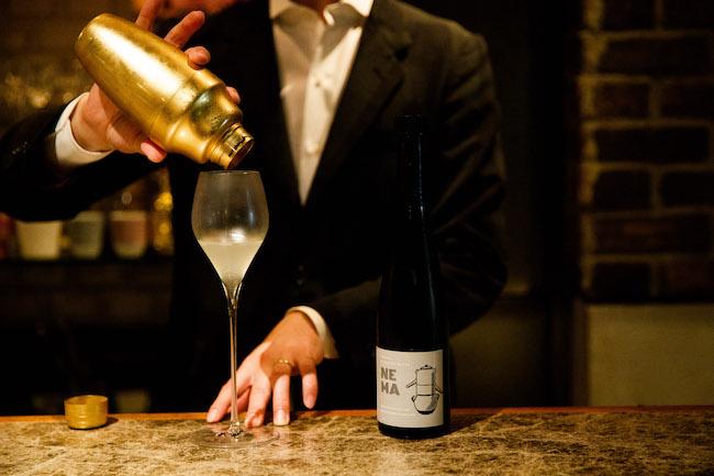 ノンアルコールジンと氷をシェイクして一気に冷やし、ノンアルコールのスパークリングワインとブレンド。仕上げにレモンピールをひと搾り