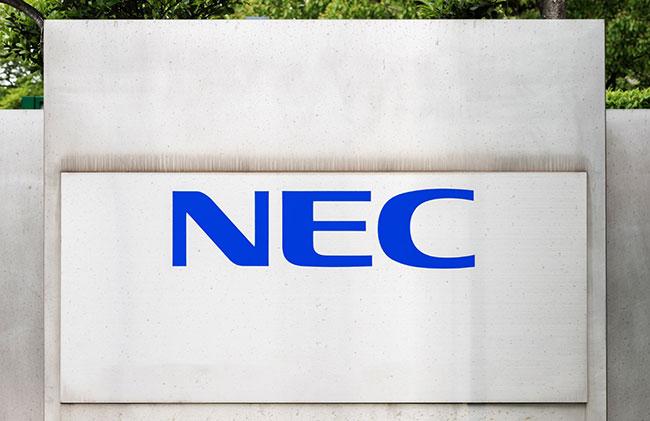 「NECのロゴは、大企業らしい堂々としたたたずまいと、人間味を感じる優しい雰囲気が共存しています。なおかつ、グローバル展開や時代の移り変わりにも対応できる普遍性も持ち合わせており、そう簡単には再現できません」