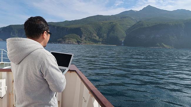 山本さんがはじめてワーケーションで訪れた知床半島。船の上でもPCが使用でき、ちょっとした合間も作業時間に当てられます。