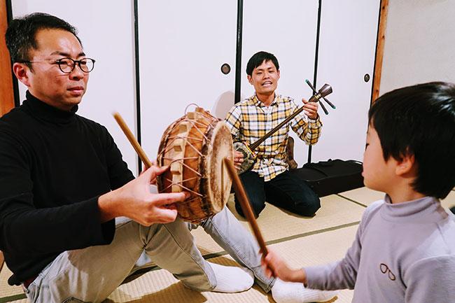 奄美大島へ行ったときは、地元の方に島唄を教わったりもしたそう。