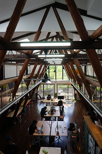 長野県諏訪郡富士見町にある「富士見 森のオフィス」。宿泊施設も兼ね備えたコワーキングスペースで、環境が変わるだけで作業も捗りそう。