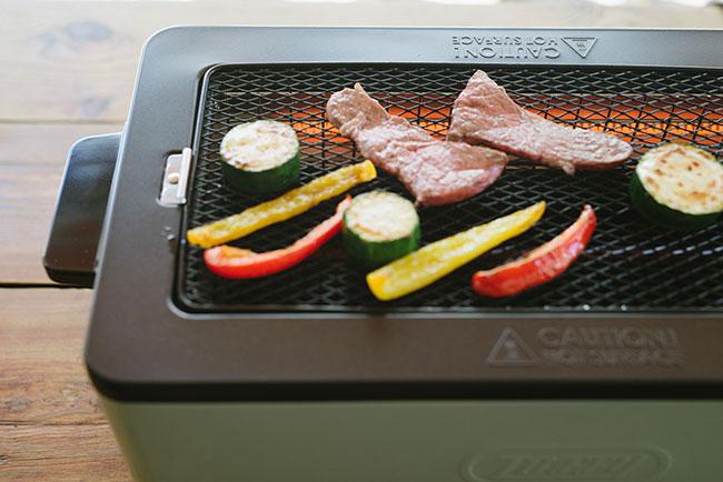 「煙の出にくさの秘密は、ヒーターを両側面に設置する『サイドヒーティング方式』。食材から出た水分や脂が熱源に触れず煙が出ません。キッチンやダイニングテーブルに出しっぱなしにしておいてもいい、クラシカルなデザインもおしゃれですよね」