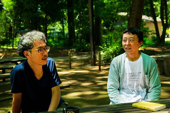 東京書籍の山本浩史さん(写真・左)は、伊藤さんと出会って10年以上のお付き合い。最初に手がけた『ナリワイをつくる』は、伊藤さんが講師をしていた講座に参加したことがきっかけで本作りが始まったそう。最近の二人の話題はもっぱら「子育て」にまつわることが多いのだとか。
