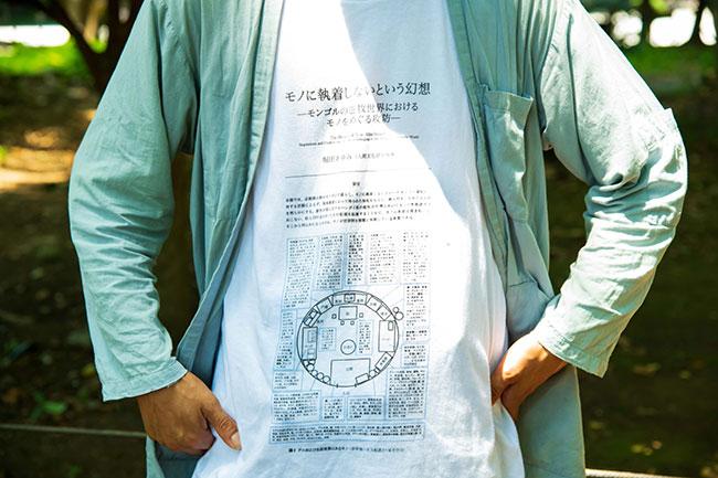 """この""""ロンT""""ならぬ「論T」も、伊藤さんの活動のひとつ。モンゴルの遊牧民がどんな生活をしているのか調査した論文をロンTにプリントしたというユーモアあふれる商品。この論Tを着て、この論文を書いた人をスピーカーに招くオンラインイベントも8月末に開催される予定なんだとか。"""