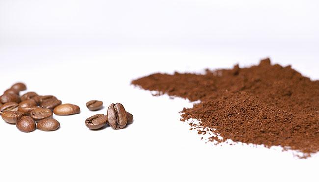 アイスコーヒーにおすすめの挽き方は、細挽き~中細挽き。目安としてはグラニュー糖と同じくらいのサラサラ加減に。細く挽くほどコクのある味わいになり、一粒が大きく荒めに挽くことでスッキリとした味わいに変化します。